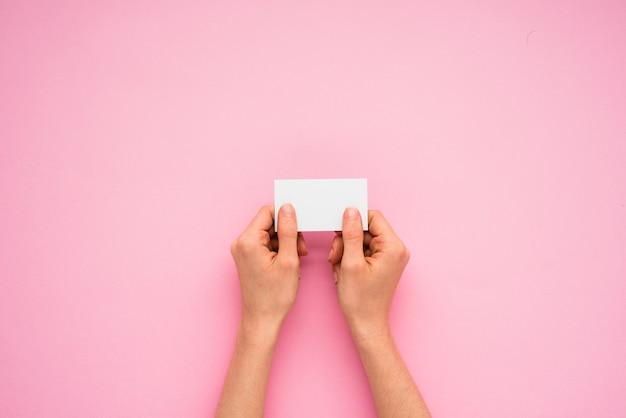 Pessoa, mãos, segurando, pequeno, papel