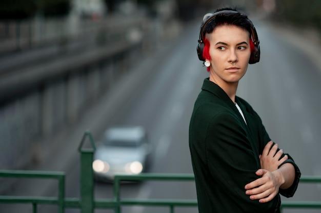 Pessoa não binária com penteado moderno retrato com espaço de cópia