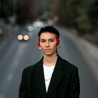 Pessoa não binária com retrato de penteado moderno