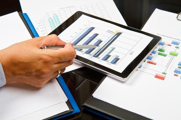 Pessoa negócio, analisando, gráficos