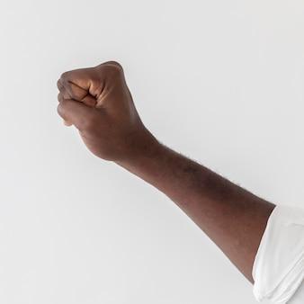 Pessoa negra com a mão no ar