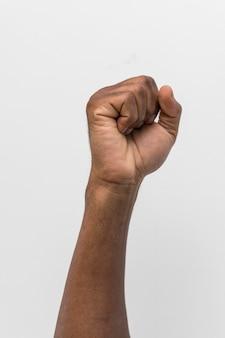 Pessoa negra com o punho erguido