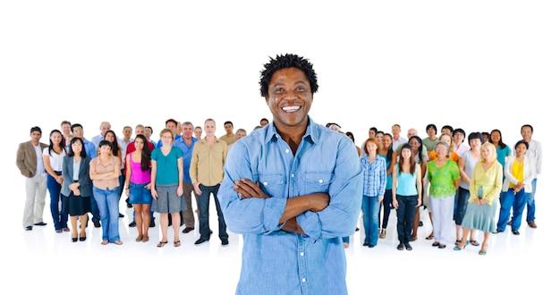 Pessoa negra em pé fora da multidão