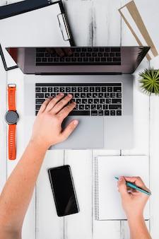 Pessoa, notas levando, usando, um, laptop, e, um, notepad