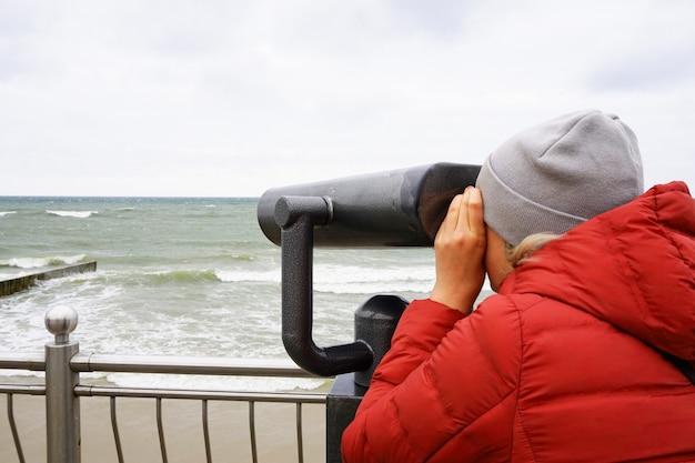 Pessoa olha através de um telescópio