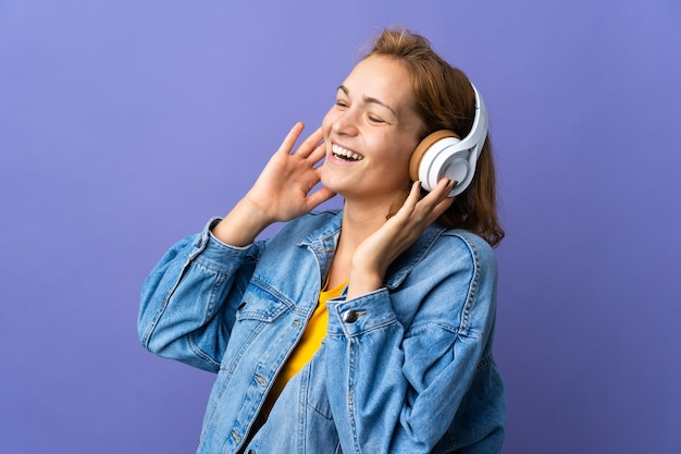 Pessoa ouvindo música em um fundo isolado
