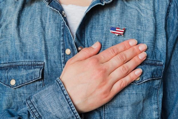 Pessoa patriótica coloca a mão sobre o coração
