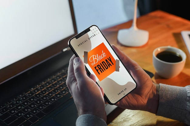 Pessoa pesquisando promoções de sexta-feira negra em um smartphone