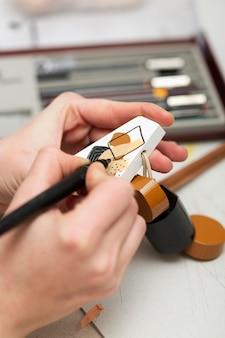 Pessoa pintando um pedaço de madeira