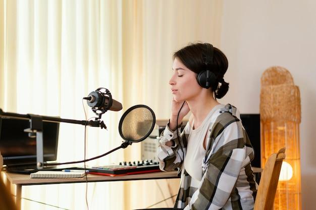 Pessoa praticando música sozinha em casa