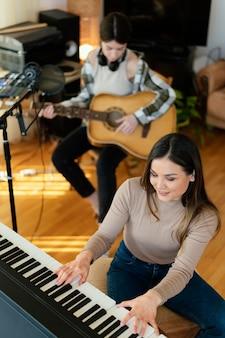 Pessoa produzindo música dentro de casa