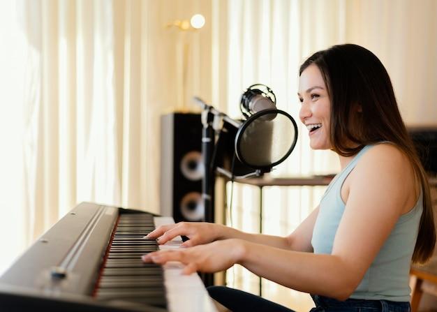 Pessoa produzindo música em estúdio caseiro