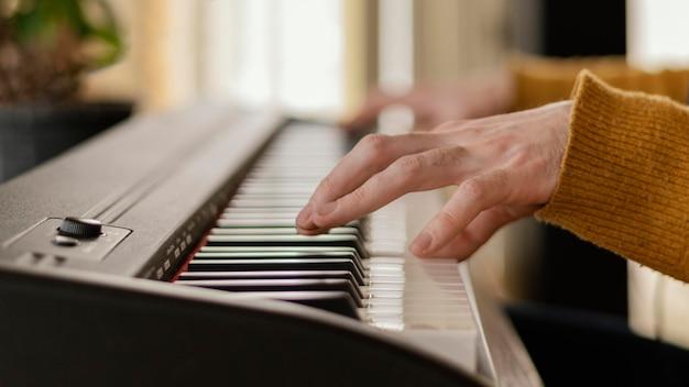 Pessoa produzindo música sozinha em casa