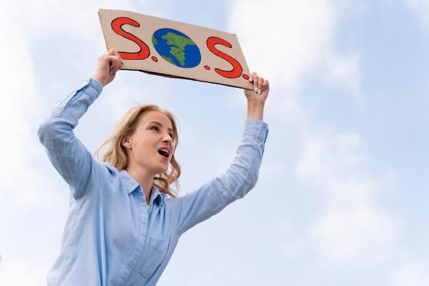 Pessoa protestando pela mudança climática