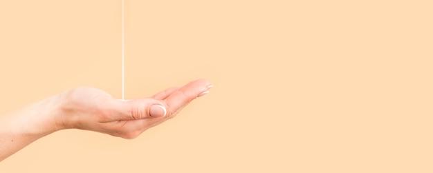 Pessoa que limpa as mãos