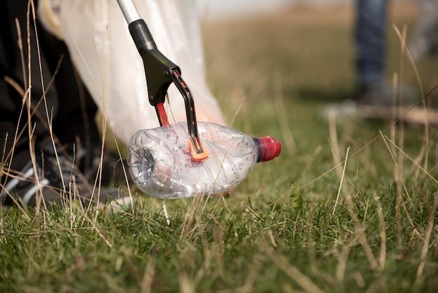 Pessoa que presta serviço comunitário ao coletar lixo