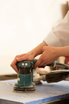 Pessoa que trabalha com um objeto de trabalho artesanal