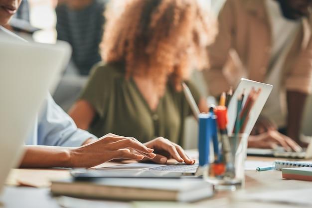 Pessoa que trabalha duro digitando enquanto trabalha no laptop