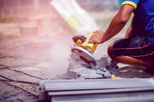 Pessoa que usa cortador de pedra amarela