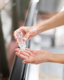 Pessoa que usa desinfetante para as mãos