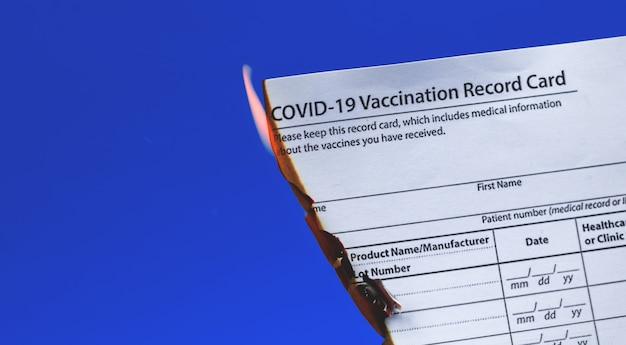 Pessoa se recusa à vacinação covid-19, conceito, queimaduras, carteira de vacinação covid-19, banner