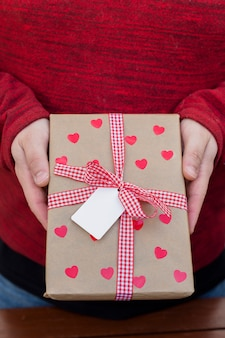 Pessoa, segurando, caixa presente grande, em, mãos
