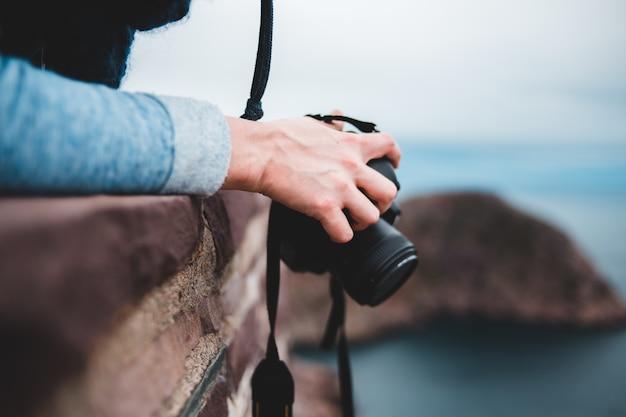 Pessoa, segurando, câmera preta