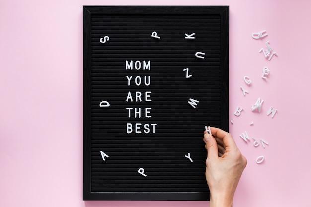 Pessoa segurando carta perto da mãe você é a melhor inscrição a bordo