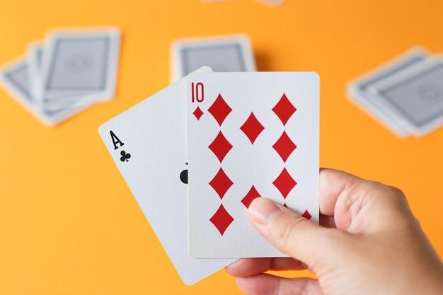 Pessoa segurando cartas de jogar, blackjack