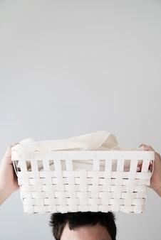 Pessoa, segurando, cesta lavanderia, ligado, cabeça