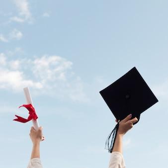 Pessoa, segurando, chapéu graduação, diploma