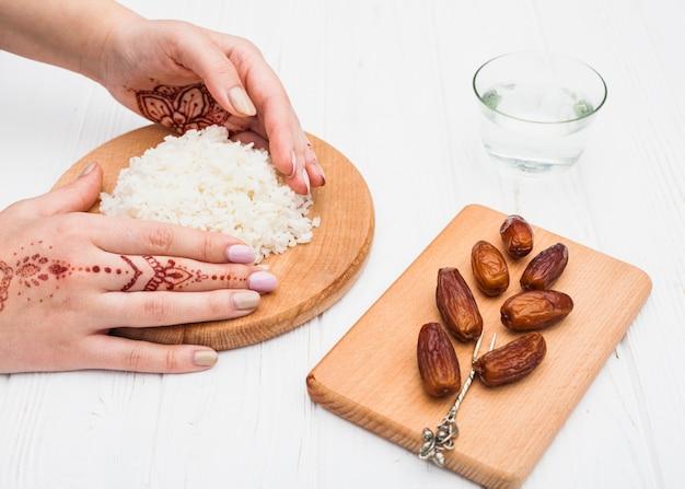 Pessoa, segurando, cozinhado, arroz, bordo, perto, datas, fruta