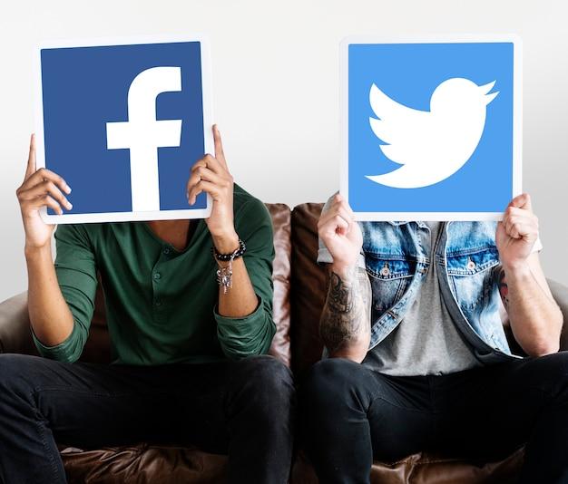 Pessoa, segurando, dois, social, mídia, ícones