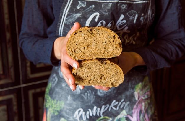 Pessoa, segurando, metade, pão, vista dianteira