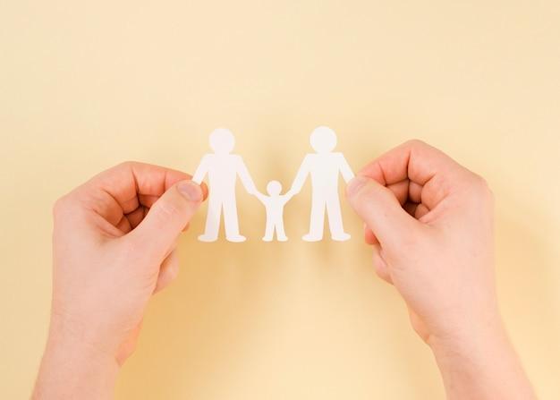 Pessoa, segurando nas mãos bonito papel família