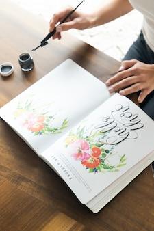 Pessoa, segurando o livro floral branco e rosa