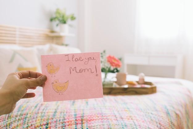 Pessoa, segurando papel, com, eu, te amo, mãe, inscrição