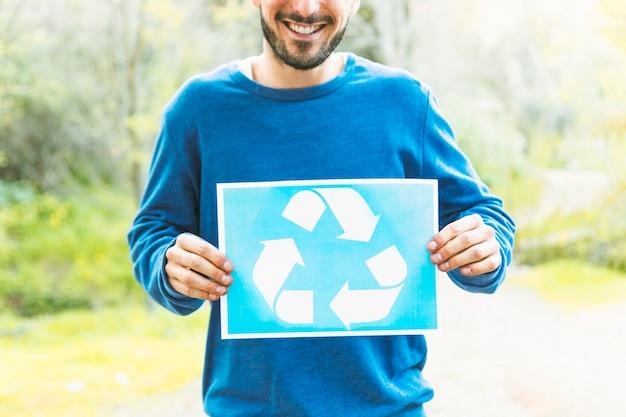 Pessoa, segurando, recicle, sinal, em, campo