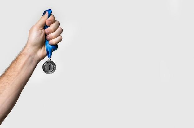 Pessoa segurando sua medalha número um