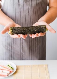 Pessoa, segurando, sushi, envoltório