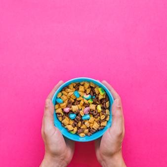 Pessoa, segurando, tigela azul, com, cereal