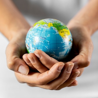 Pessoa segurando um globo terrestre