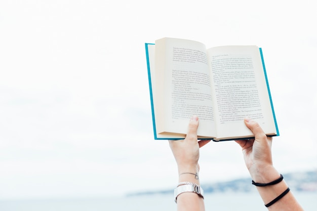 Pessoa, segurando, um, livro aberto