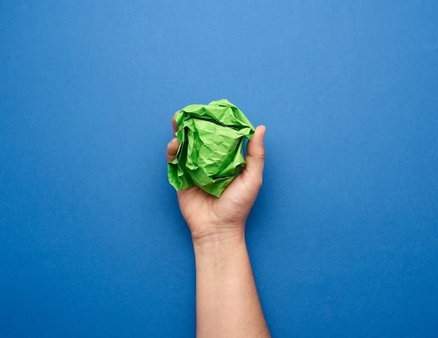 Pessoa segurando uma bola de papel amassada