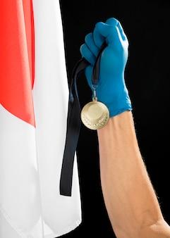 Pessoa, segurando uma medalha de ouro