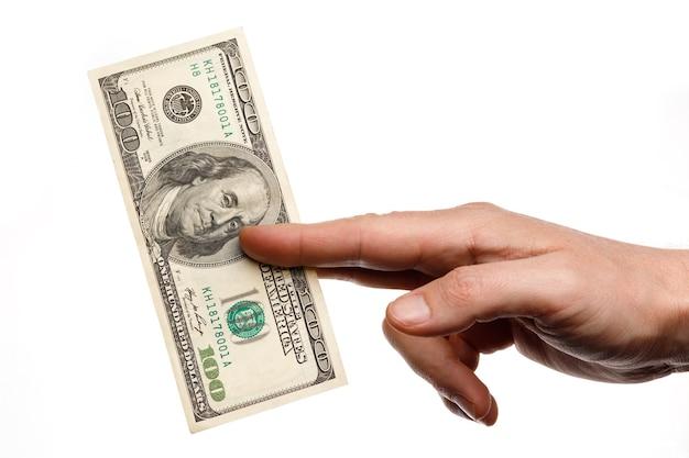 Pessoa segurando uma nota de cem dólares