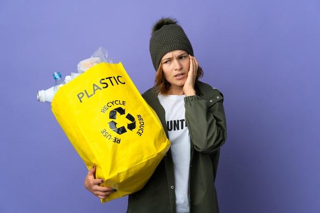 Pessoa segurando uma sacola para reciclar
