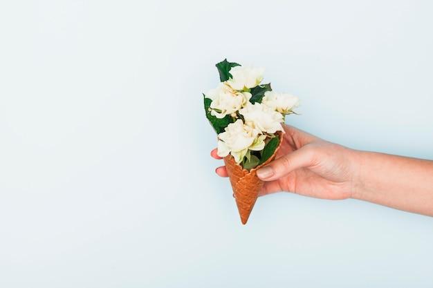 Pessoa, segurando, waffle, cone, com, rosas