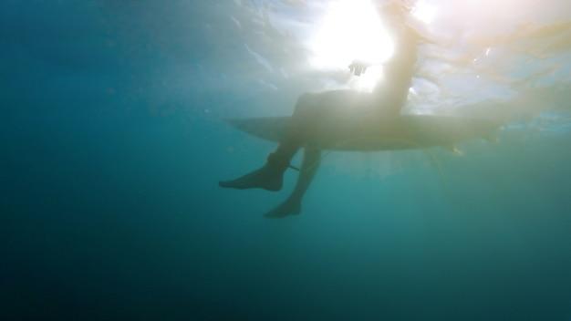 Pessoa, sentando, ligado, surfboard, em, mar azul