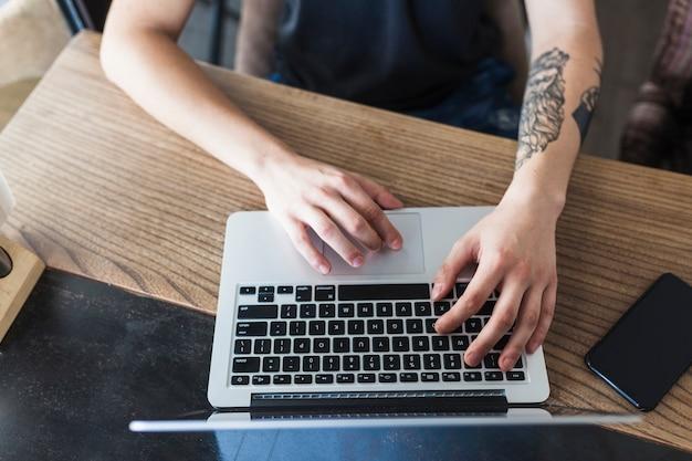 Pessoa, sentando, tabela, laptop